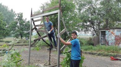 I ragazzi smontano le assi per poi far tagliare le strutture